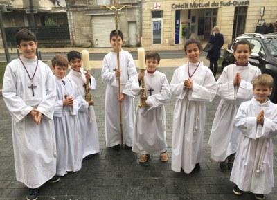 Garçons et filles servent la liturgie lors de la messe dominicale